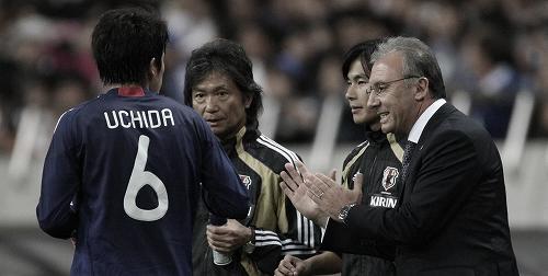 キリンチャレンジカップ2010アルゼンチン戦で内田に指示を出すザッケローニ監督